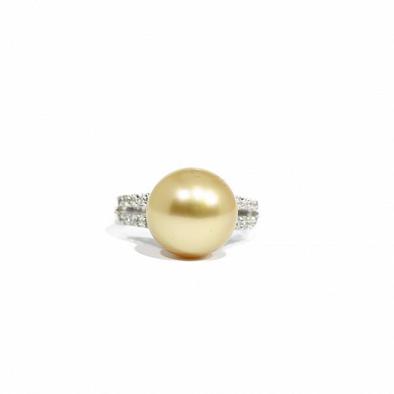 Anillo de oro blanco de 18k con diamantes y perla australiana