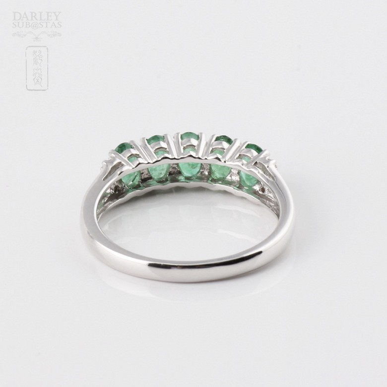 Ring in 18k white gold with emerald and diamonds. - 2