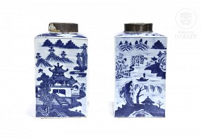Pair of porcelain vases, late Qing Dynasty.