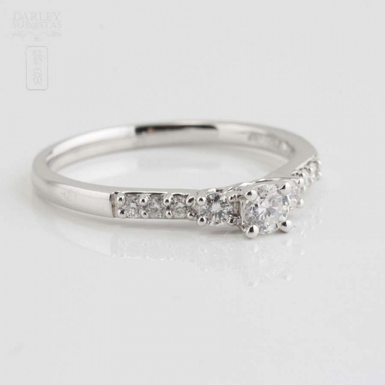 Solitario en oro blanco 18k y diamantes. - 6