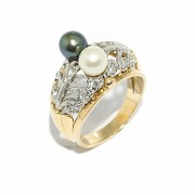 18kts yellow and white gold ring with two pearls.