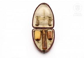 Dos pipas y una boquilla de ambar y metal dorado, s.XIX