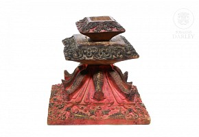 Objeto de madera tallada y policromada, China, pps.s.XX