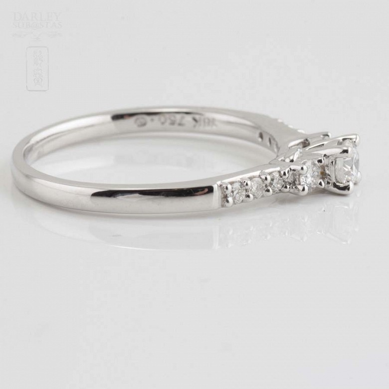 Solitario en oro blanco 18k y diamantes. - 1