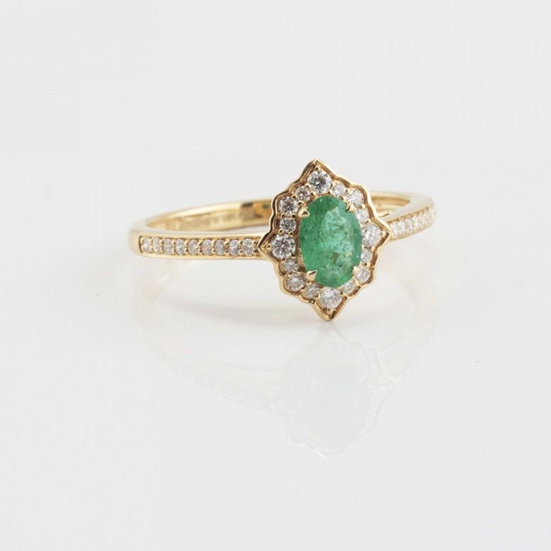 Precioso anillo oro 18k, brillantes y esmeralda