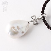 Pendant with white baroque pearl and diamond in 18k white gold - 1