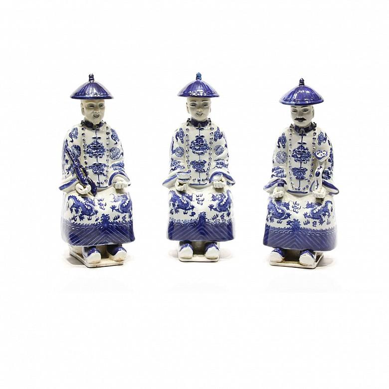 Tres mandarines de porcelana china azul y blanca.