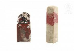 Dos sellos chinos en piedra de sangre de pollo.