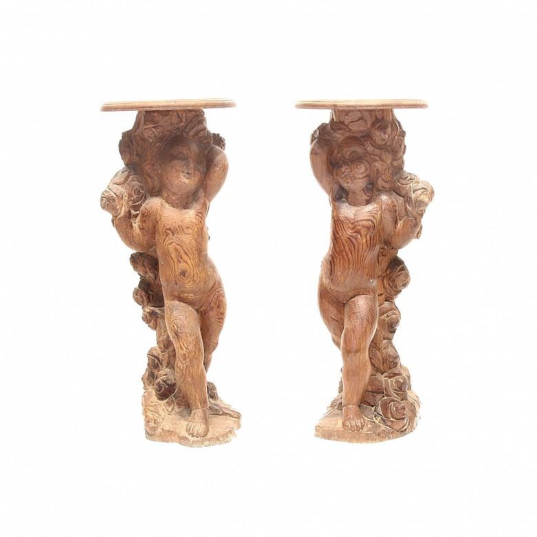 Pareja de peanas de madera tallada