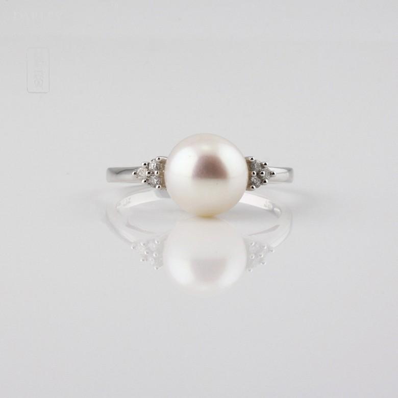 Anillo con perla blanca y  diamantes  en oro blanco de 18k