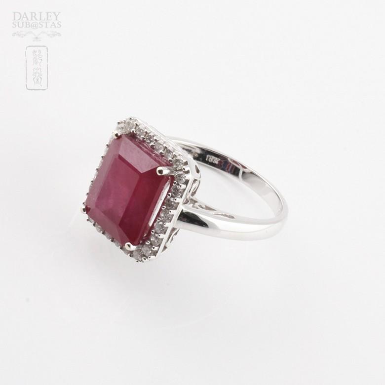 Anillo con rubí 8.25cts y diamantes en oro blanco de 18k