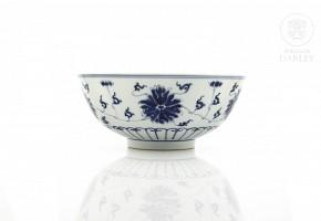 Bol de porcelana, azul y blanco, con peonías, sello Guangxu en la base.