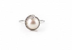 Anillo en oro blanco de 18k con perla y diamantes.