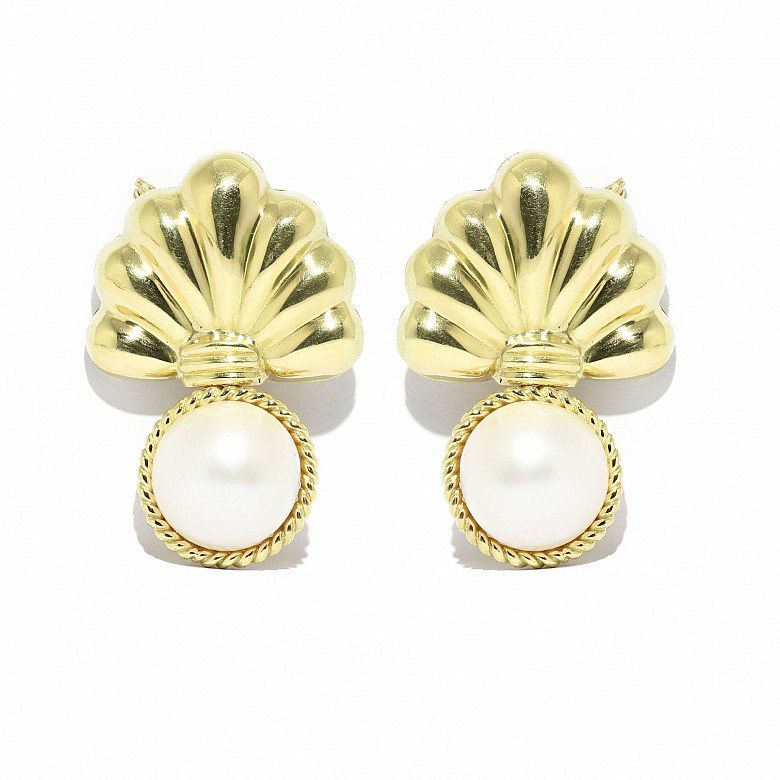 Pair of 18k yellow gold brooches