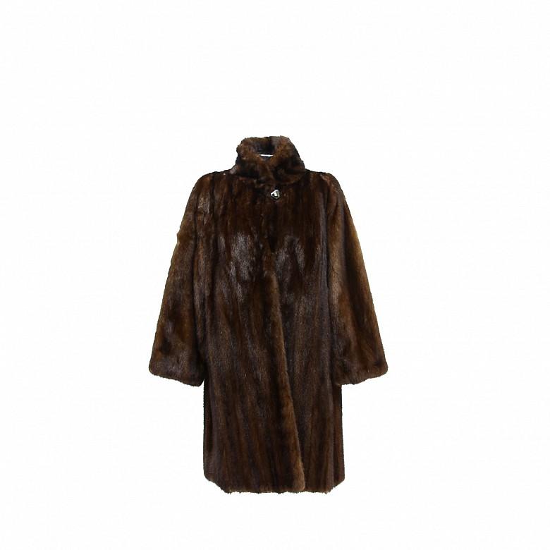 Abrigo de piel de visón de color marrón oscuro