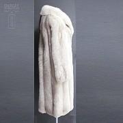 Abrigo de piel de zorro blanco largo. - 2
