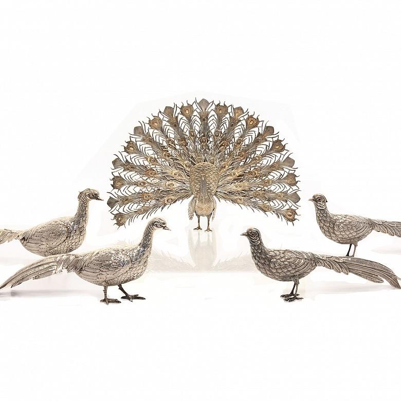 Grupo de cuatro faisanes y un pavo real de metal bañado en plata, s.XX