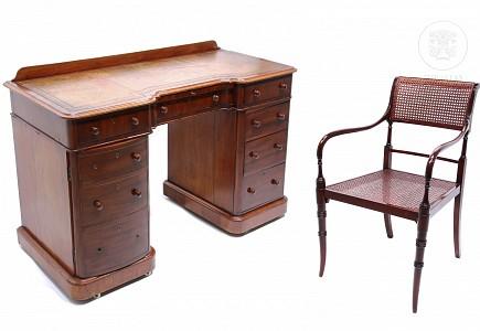 Escritorio inglés de caoba y silla de escritorio.