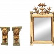 Pareja de ménsulas y un espejo de madera policromada, s.XX