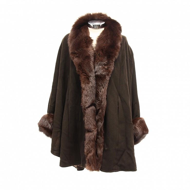 Abrigo con cuello de piel cashmere y cuerpo de lana.