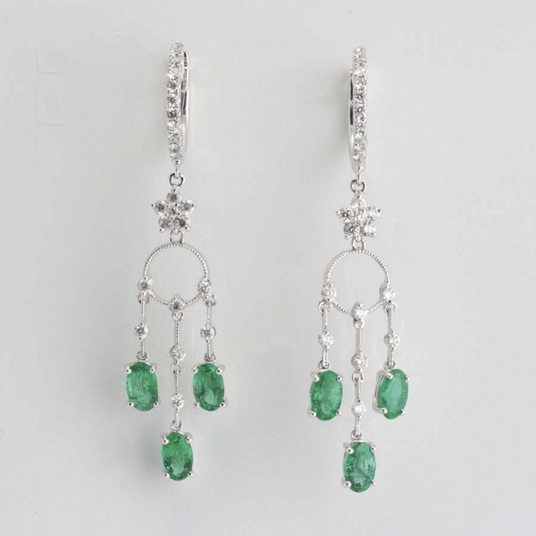 Earrings in 18k white gold, emeralds and diamonds - 1