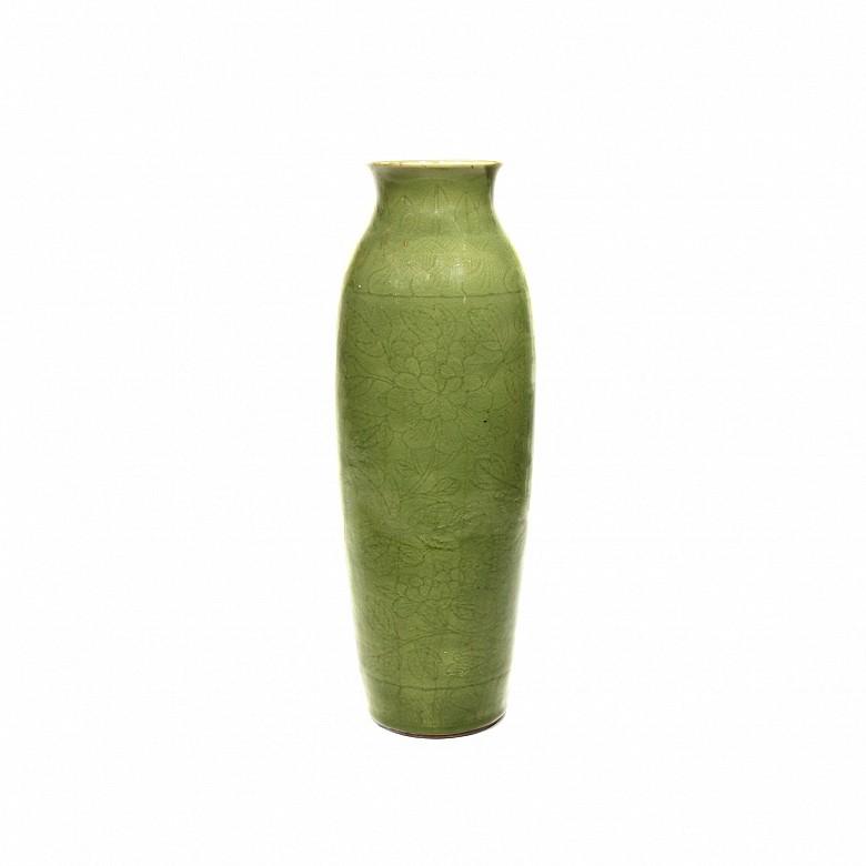 Jarrón de cerámica incisa verde celadón, China.