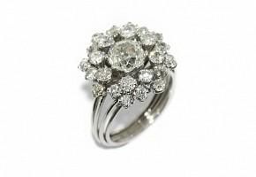 Anillo con diamante central y doble orla de brillantes
