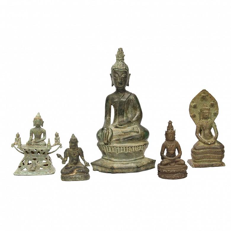 Grupo de cinco esculturas de bronce de Buddha
