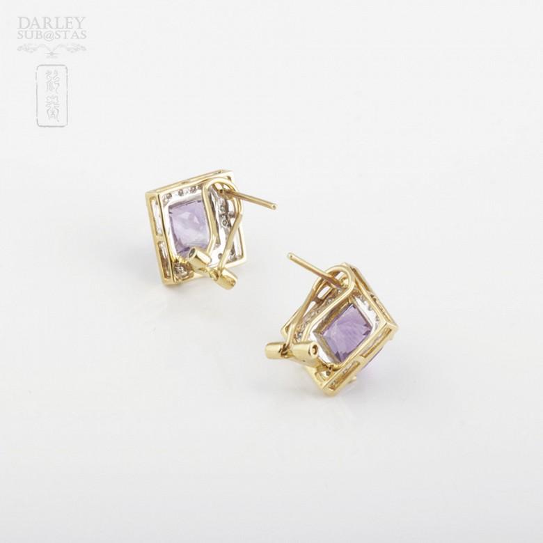 Elegante pareja de pendientes en oro amarillo 18k con amatista y diamantes - 2