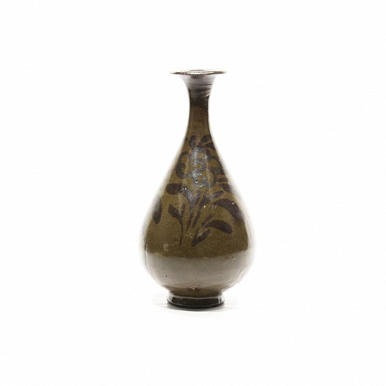 A Chinese Jizhou-style ware vase