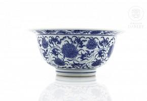 Bol de porcelana, azul y blanco, con sello Kangxi.