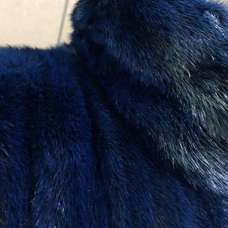 Abrigo de piel de visón color azul. - 6