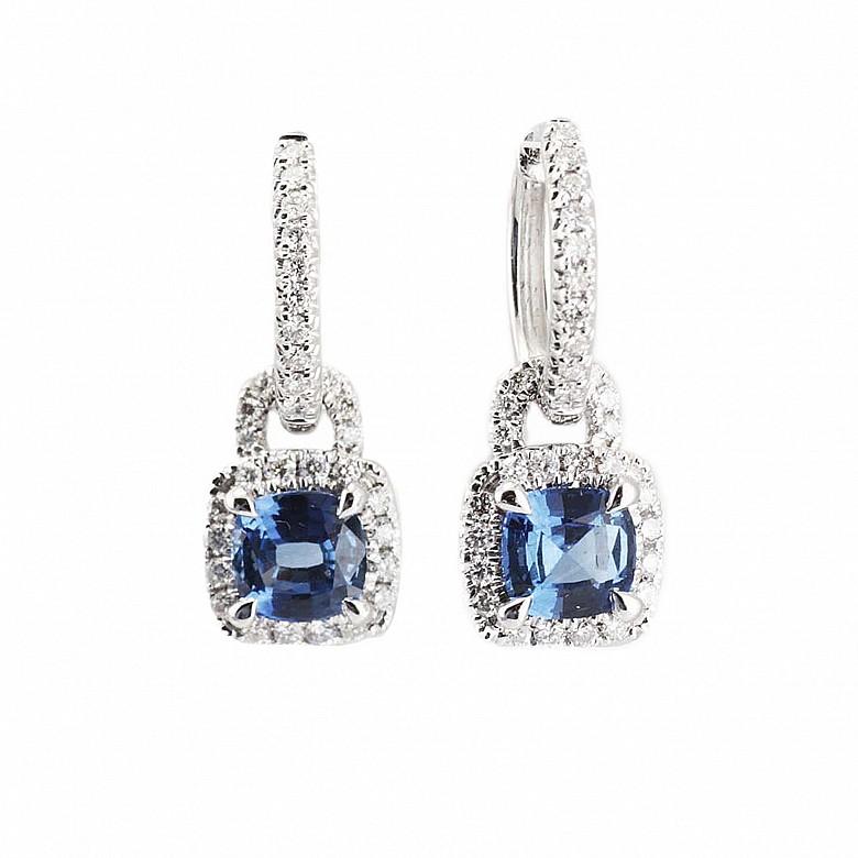 Pendientes en oro blanco de 18k con diamantes y zafiros.
