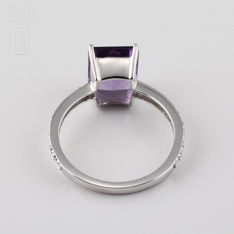 Anillo en oro blanco de 18k con amatista y 6 diamantes.