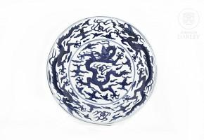 Plato de pocelana con tres dragones, China, s.XX