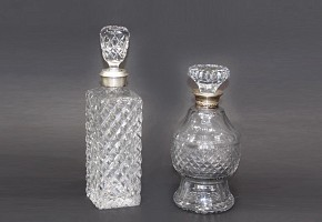 Set of two carved glass liquors, with silver necklace, pps.s.XX
