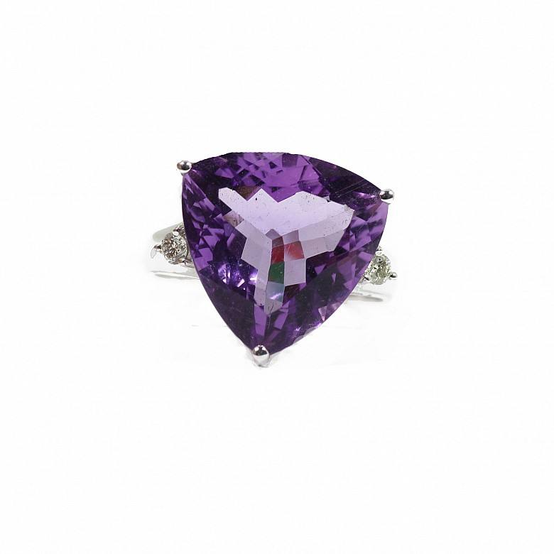 Ring with amethyst and diamonds in 18k white gold.