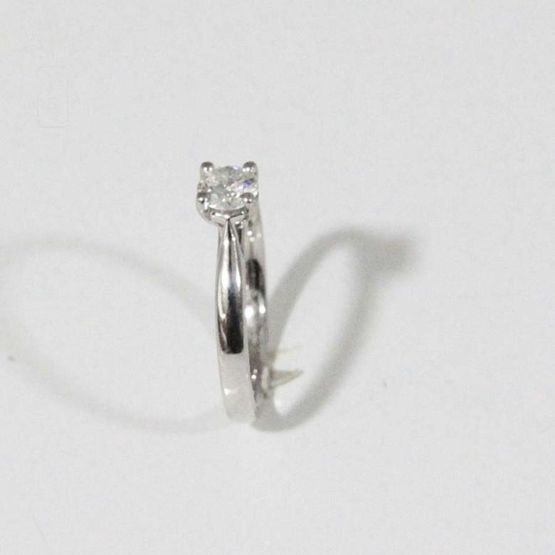 Anillo en oro blanco de 18k con diamante.