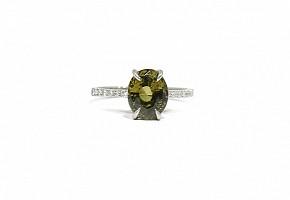Sortija en oro blanco 18k con alexandrite y diamantes.