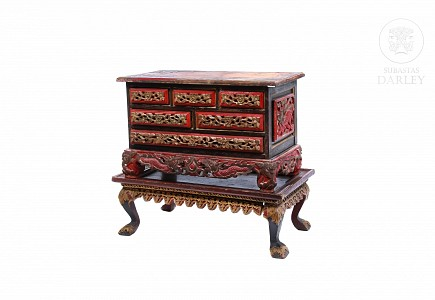 Joyero con peana, madera tallada y policromada, Peranakan, China. s.XX