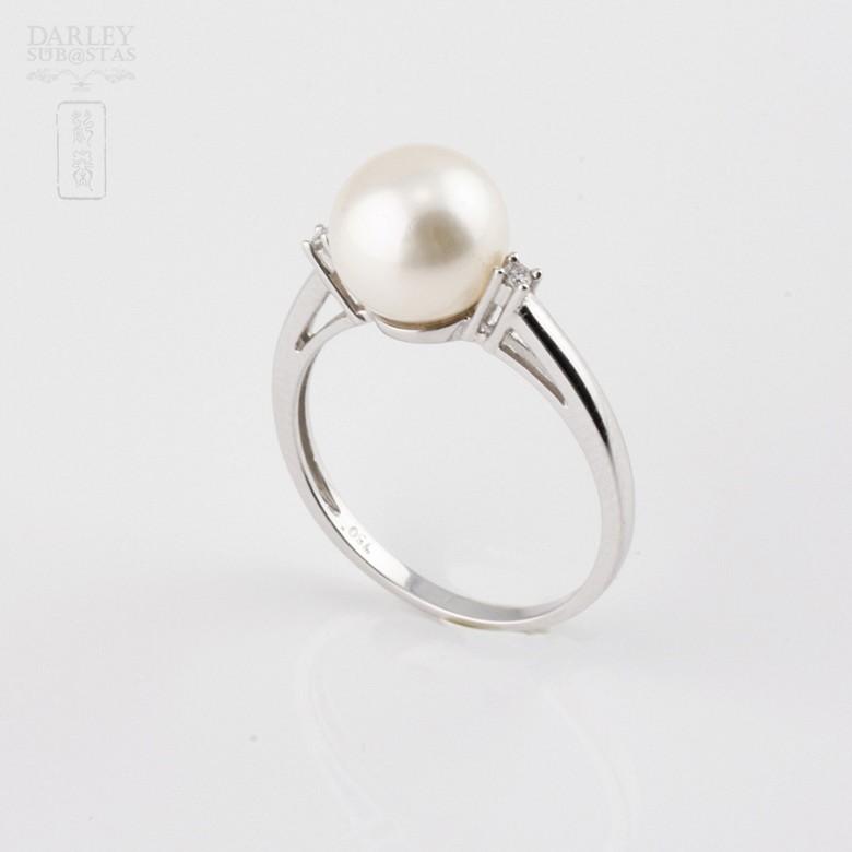 Anillo con perla blanca y diamantes en oro blanco de 18k - 2