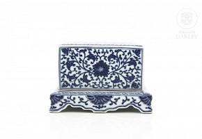 Caja de porcelana con tapa, China, con sello Qianlong.