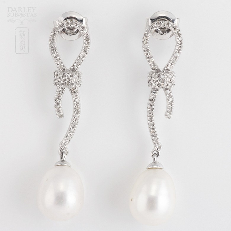 Earrings with Natural pearl and diamond in  white gold