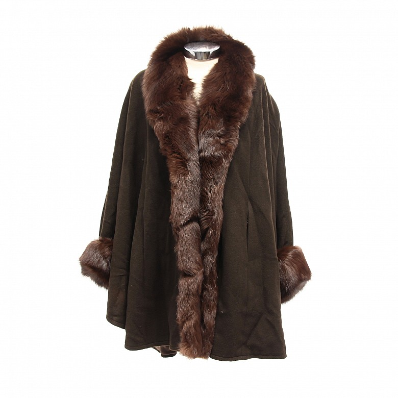 Short coat with collar and cashmere rabbit sleeves and wool body.