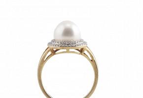 Anillo en oro amarillo de 18k con perla y diamantes.