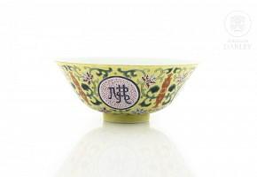 Cuenco familia rosa con fondo amarillo, con sello Qianlong.