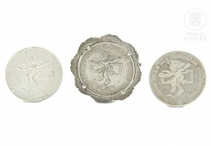 Lote de tres monedas de plata.