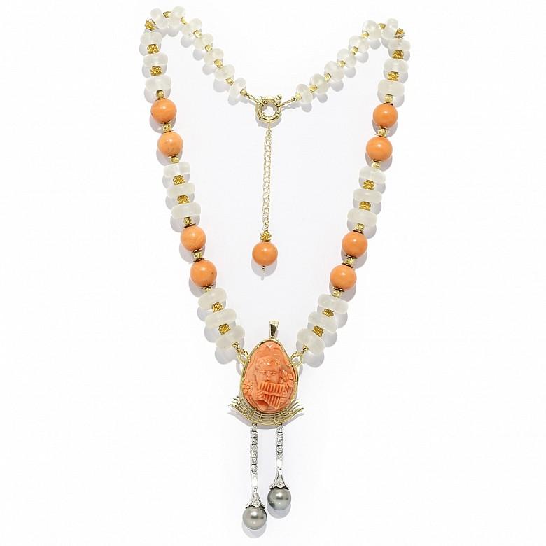 Collar de oro amarillo de 18kts, cristal de roca, coral, perlas y diamantes