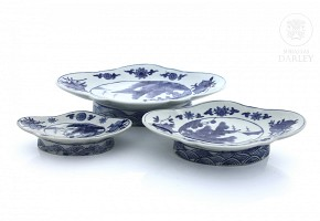 Set of three trays, blue and white, 20th century