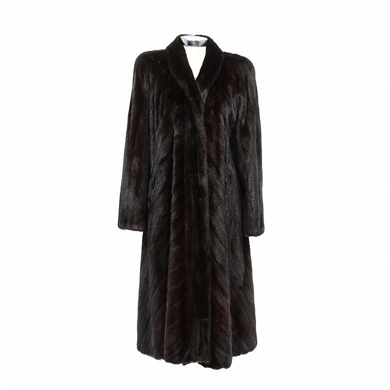 Abrigo de piel de visón color negro.